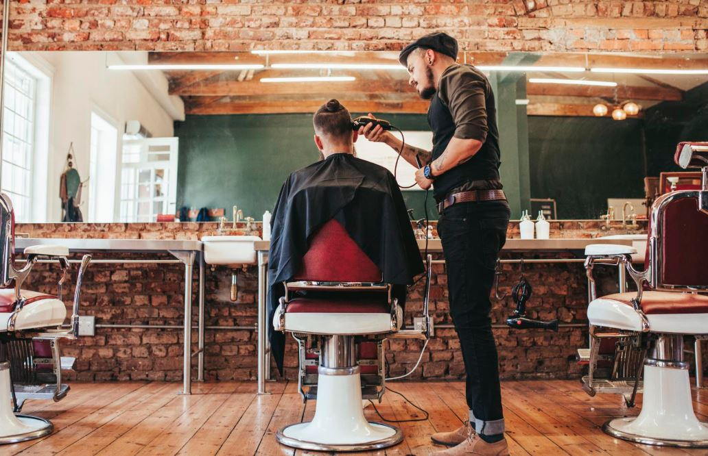 como cortar el pelo a un hombre con maquina